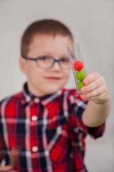 Jongen met een bril als wetenschapper