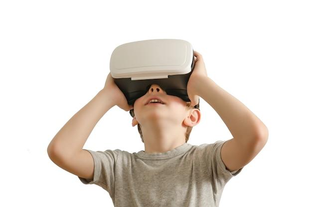 Jongen met een bril van virtual reality. witte achtergrond