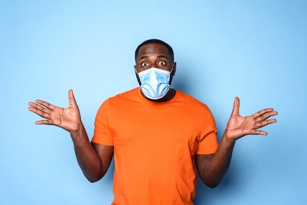 Jongen met gezichtsmasker heeft veel vragen over covid 19. cyaan muur