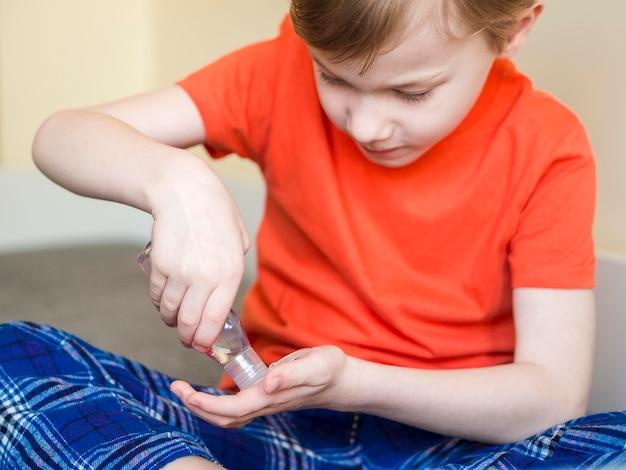 Jongen met handdesinfecterend middel