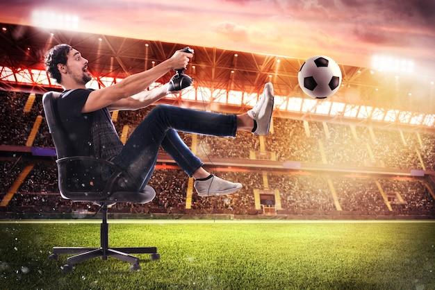 Jongen met joystick speelt met voetbalvideospel