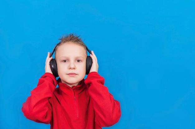 Jongen met koptelefoon op een blauwe ondergrond
