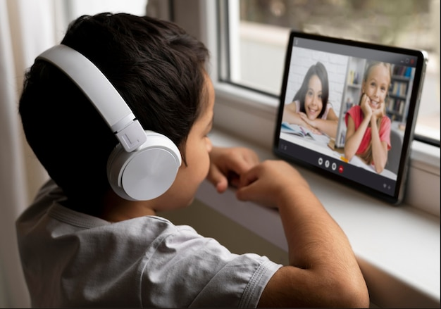 Jongen met koptelefoon praten met zijn vrienden in videogesprek