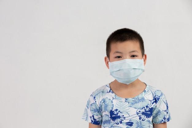 Jongen met masker het stellen op witte achtergrond