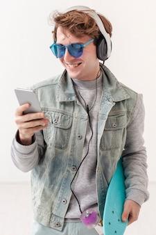 Jongen met mobiele muziek luisteren