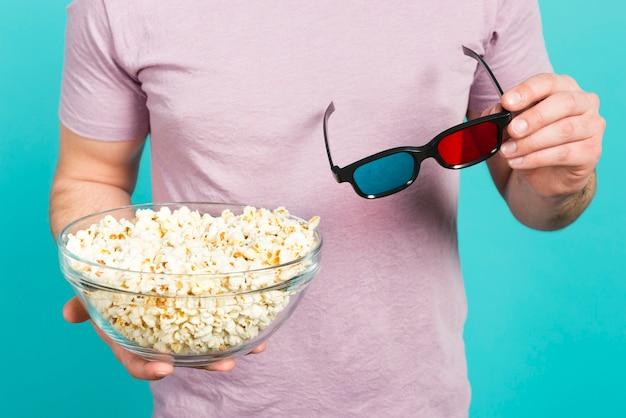 Jongen met popcorn en 3d-bril