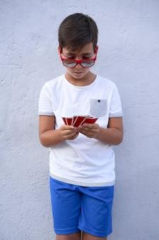 Jongen met rode zonnebril pokeren