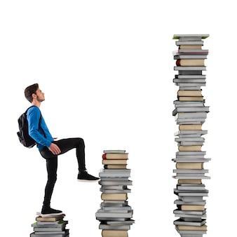 Jongen met rugzak klimt een boekenschaal