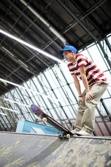 Jongen met skateboard