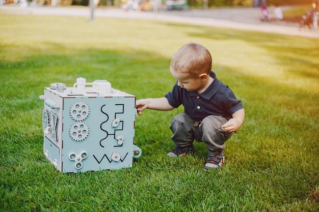 Jongen met speelgoed
