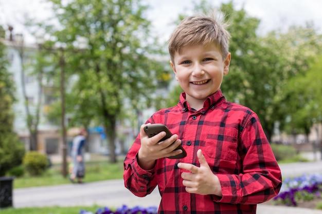 Jongen met telefoon