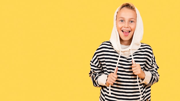 Jongen met tong uit hoodie dragen