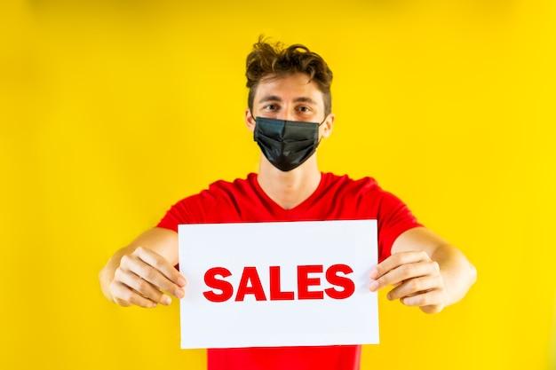 Jongen met verkoopteken op gele achtergrond uitverkoop promobericht