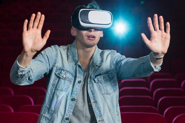 Jongen met vr-bril in de bioscoop