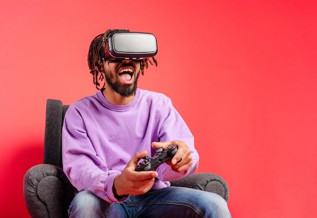 Jongen met vr-bril spelen met een virtuele videogame