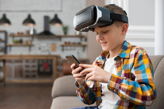 Jongen met vr headset en smartphone
