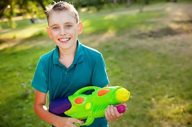 Jongen met waterpistool