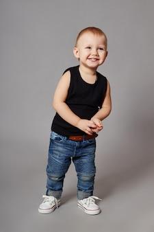 Jongen modieuze kleding poseren