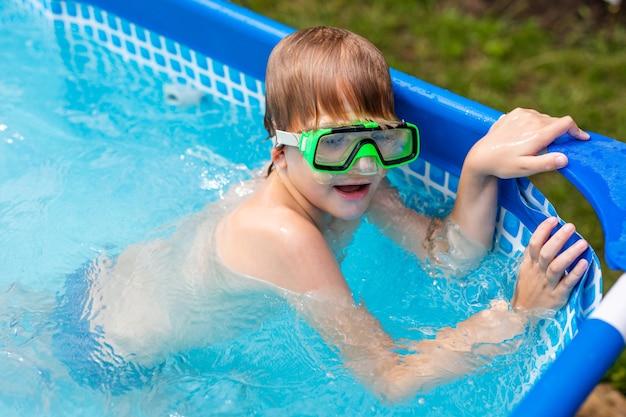Jongen onder water in een masker. een kind zwemt in het zwembad.