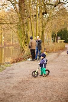 Jongen op lopende fiets.