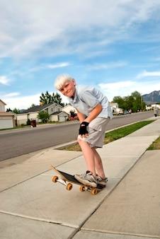 Jongen op skateboard, portret