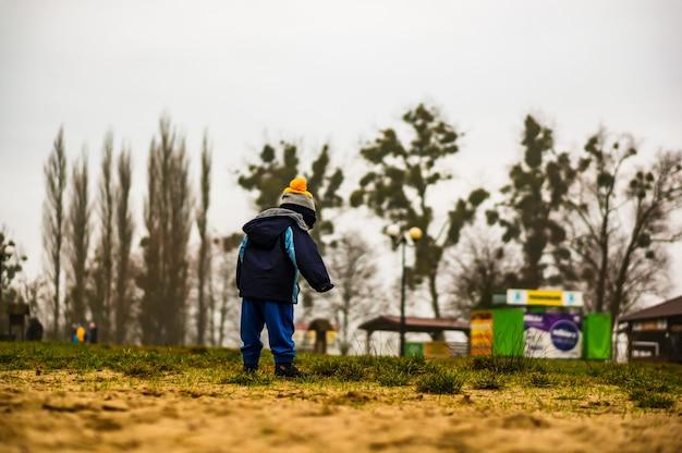 Jongen op zand