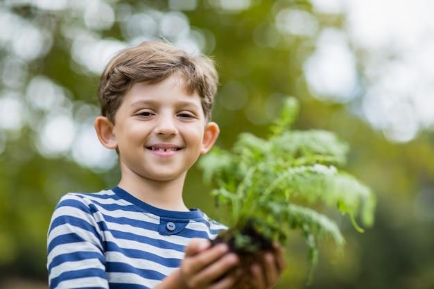 Jongen plantgoed plant