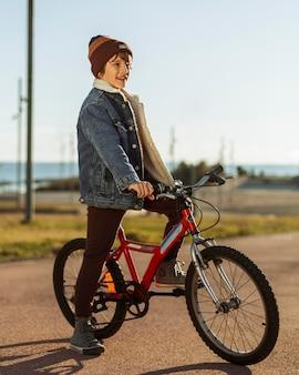 Jongen rijdt op zijn fiets buiten in de stad