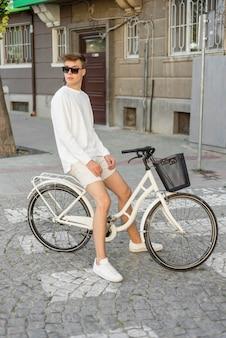 Jongen rijdt op zijn fiets buitenshuis