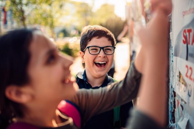 Jongen rondhangen met zijn vrienden en lachen