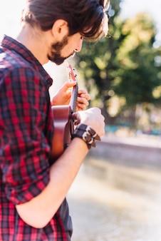 Jongen speelt de ukelele