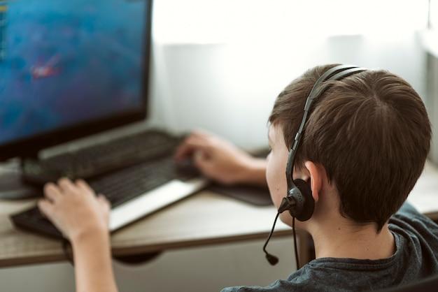Jongen speelt een videogame terwijl hij in quarantaine is
