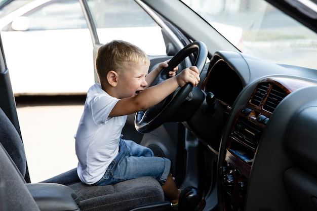 Jongen speelt in de auto van vader