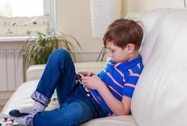 Jongen speelt met mobiele telefoon