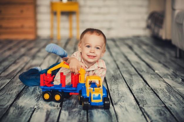 Jongen speelt met speelgoedauto