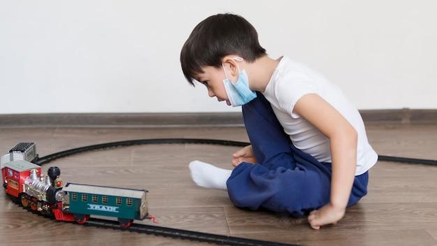 Jongen speelt met trein speelgoed