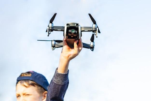 Jongen speelt met zijn drone in het park