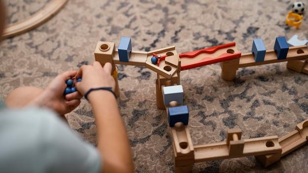 Jongen speelt met zijn speelgoed binnenshuis