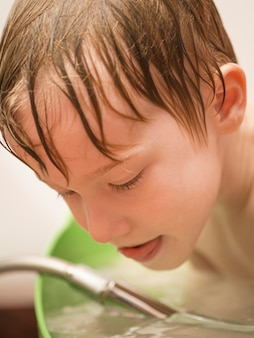 Jongen speelt tijdens het baden