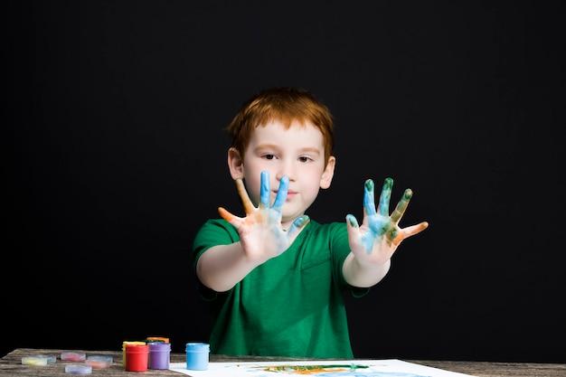 Jongen tekent met zijn handen