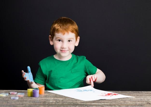 Jongen tekent op papier