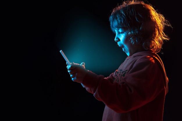 Jongen vloggen met tablet