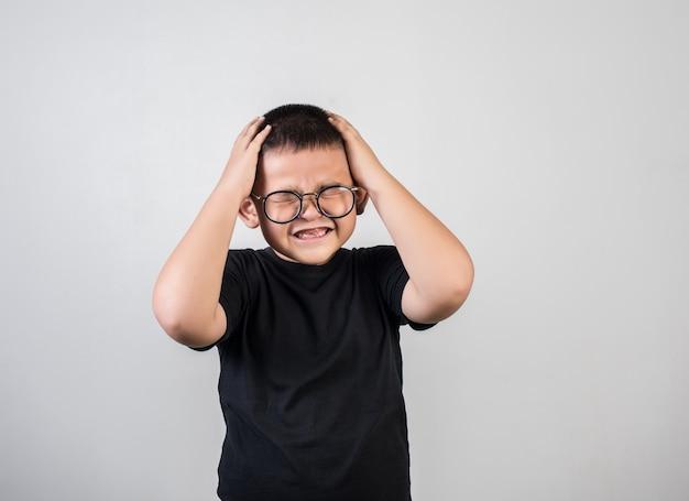 Jongen voelt zich verdrietig nadat de ouders hem uitschelden
