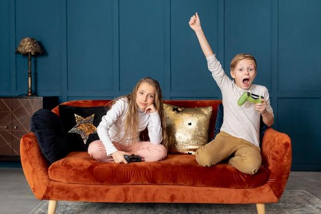 Jongen wint bij het spelen van videogames met zijn zus