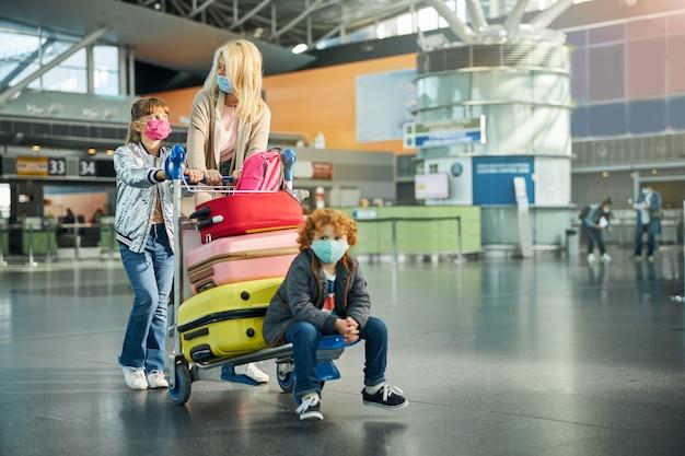 Jongen zit op een kar met kleurrijke koffers