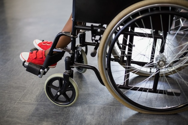 Jongen zittend op rolstoel