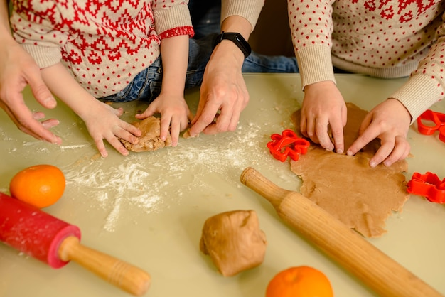 Jongens bakken zelfgemaakte feestelijke peperkoeken
