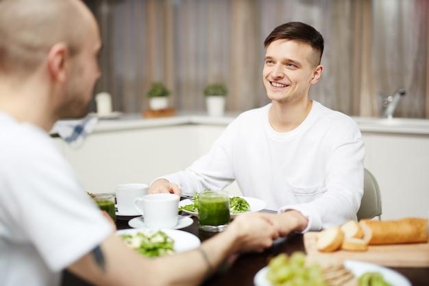 Jongens bij het ontbijt