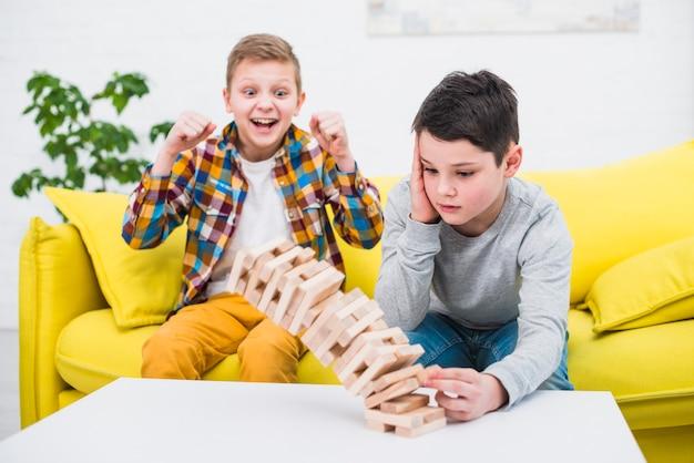 Jongens die samen spelen