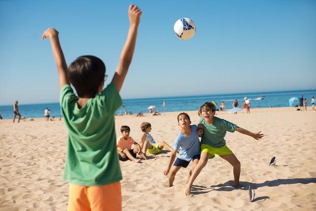 Jongens die vechten om de bal tijdens het voetballen